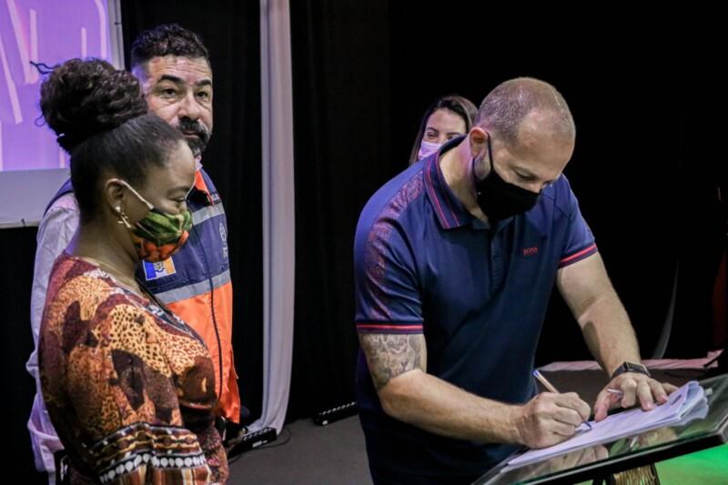 No evento, o prefeito Marcelo Delaroli assinou um termo de colaboração com o Abrigo Rainha Sílvia